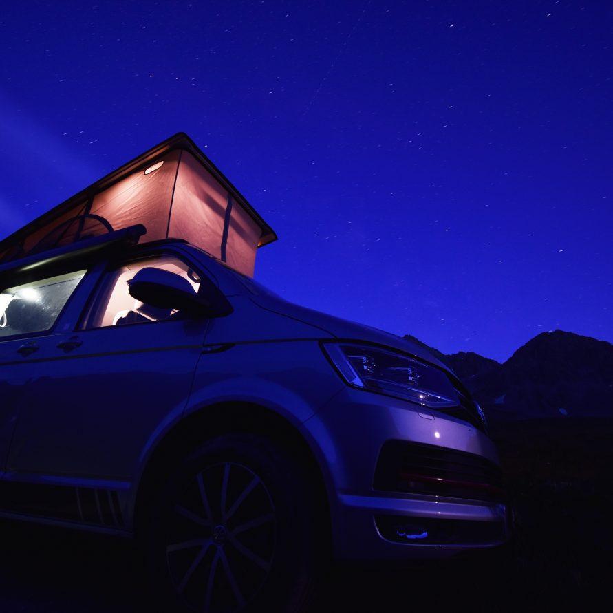 Campingbus bei Nacht